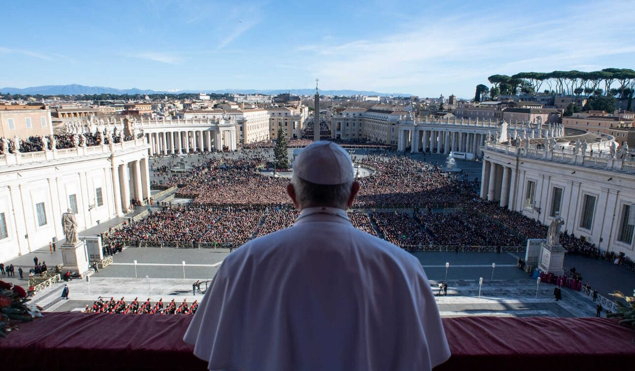 The-pope-in-front-of-a-crowd
